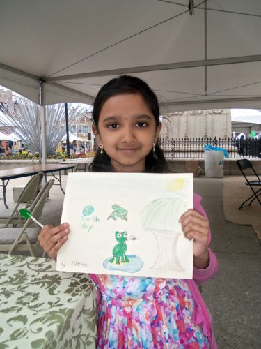 frog-art-and-habitat-displayed-by-girl