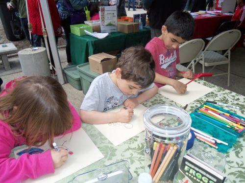 3-kids-draw-frogs