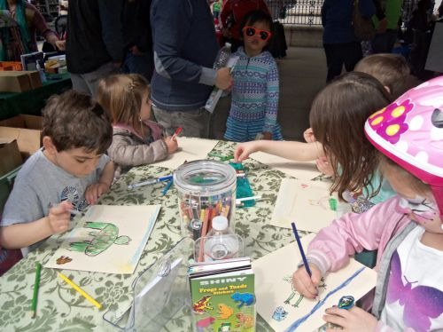 children drawing frogs